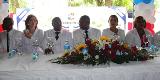 Raul Mañón , tercero desde la izquierda, juna Alfredo Martínez y otras personalidades