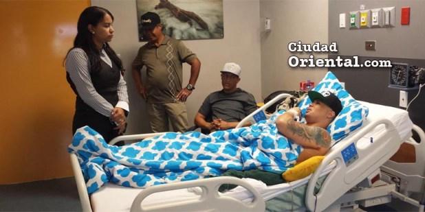Rosanna Martes, administradora del hospital , se interesa por la condición de salud de el Súper Nuevo.