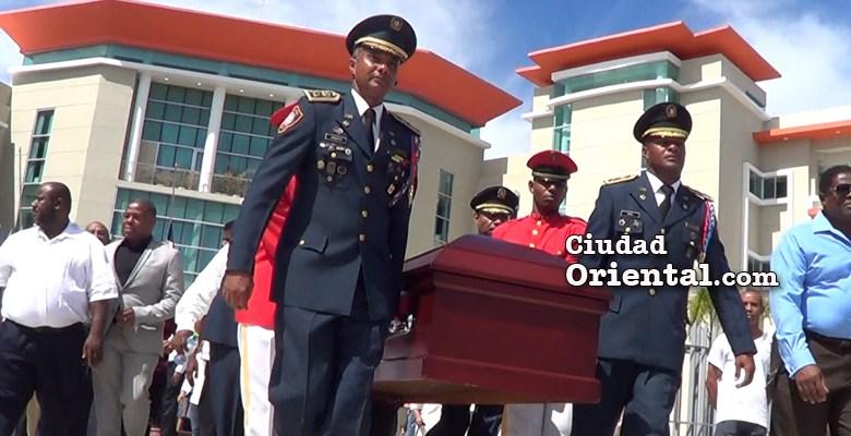 Oficiales del Cuerpo de Bomberos cargan el ataud con el cadáver del regidor Catalino Sánchez
