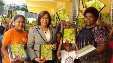 Photo of Jacinta Estévez entrega útiles escolares a centros educativos