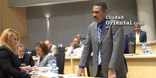 El concejal Luis Flores se dirige al plenario el día que el gabinete de Alfredo Martínez desafió a los regidores.