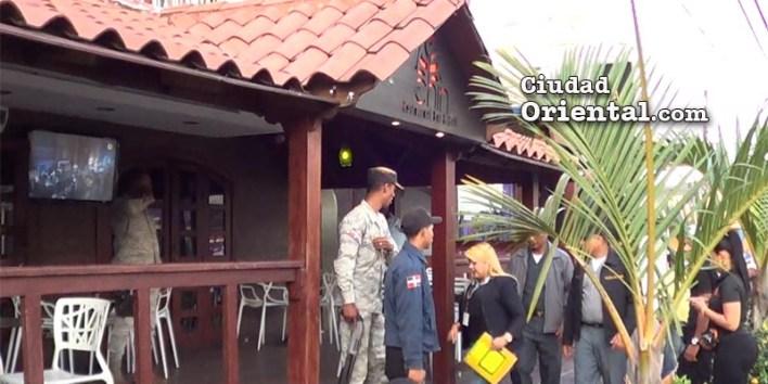 """La Fiscal Raquel Cruz ingresa a """"Un Chin Restaurant, bar & Grill"""" para clausurarlo"""