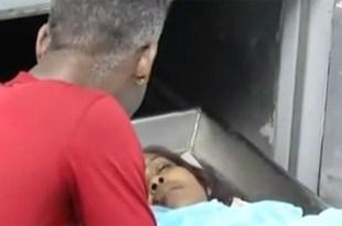 Una persona llora ante u na de las víctimas de la matanza de El Almirante