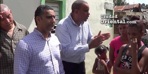 El regidor Danilo Mesa da exlicaciones a los desplazados