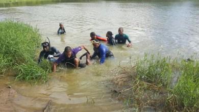 Bomberos sacan el cadáver de un niño de la laguna en la carretera Mella, frente a Ciudad del Almirante