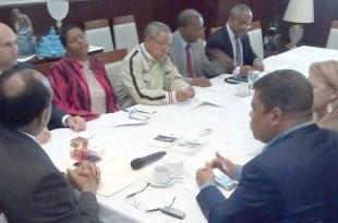 Dirigentes gremiales junto a diputados