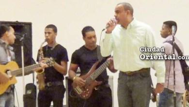 """Danilo Mesa hace de """"cantante2 en la fiesta anual del Concejo de Regidores"""