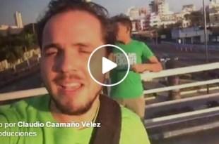 Claudio Caamaño en transmisión en directo desde el lugar de inicio de la marcha