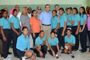El Ministro de Educación comparte con los alumnos al reinicio de la docencia