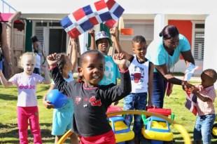 Los niños y niñas se divierten en la nueva estacia infantil