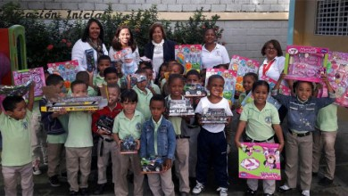 Photo of Vicealcaldesa Jacinta Estévez entrega juguetes a estudiantes