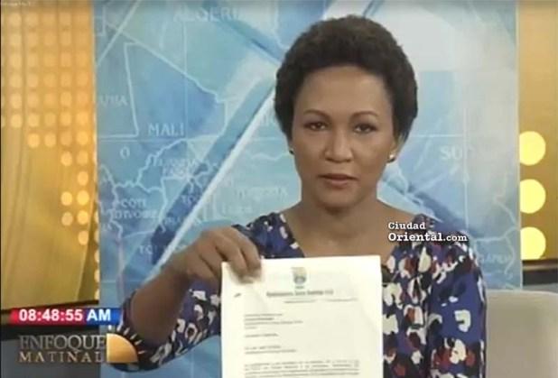 Momento en que la periodista Judith Febles poresenta copia del escrito supuestamente depositado por el alcalde ante la Presidencia del Concejo