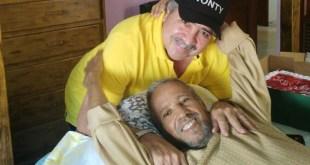 Abelardo Antonio Rutinel Domínguez, en su lecho de enfermo junto a su hermano, Tonty.