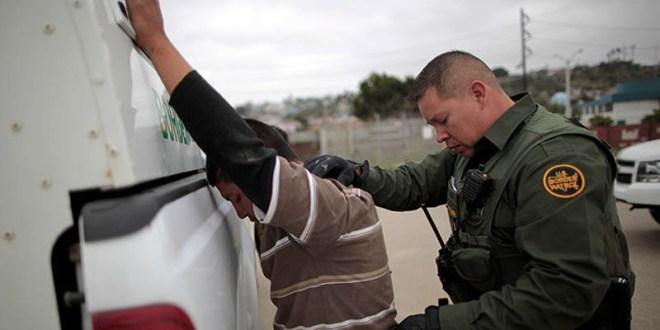 Un inmigrante es requisado (Fuente:RT)