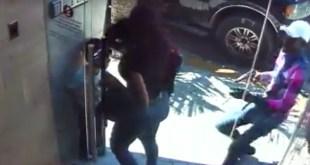 Momento en que el pistolero asalta a la mujer (Captura de pantalla)