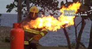 Un bombero enseña a apagar el fuego de un cilindro de GLP