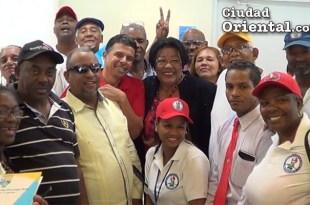 Ana Tejeda, rodeada de dirigentes comunitarios