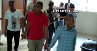 Los tres condenados al ser trasladados desde la Sala de Audiencia