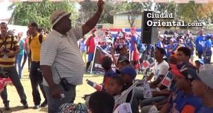 El dirigente deportivo Fausto Betemit habla a los atletas en el Centro Comunal de Los Mina, que funcionarios del ASDE quieren eliminar.