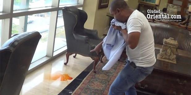 Este manifestante muestra la sustancia química esparcida debajo de uno de los muebles