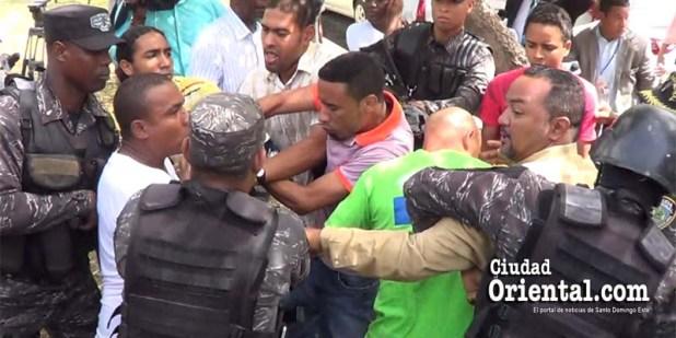 Funcionarios de la Policía tratan de arrebatar una casa de campaña a activistas anti corrupción