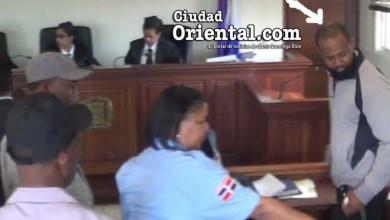 El condenado señalado por la flecha; al fondo las tres juezas que emitieron las sentencia