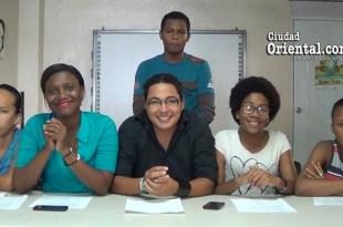 Raysa De León, lee un documento de respuesta al Gobierno