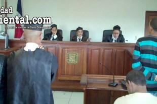 El imputado, mientras escucha el dictamen del tribunal
