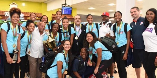 El licenciado Cristóbal Marte Hoffiz junto a las atletas y entrenadores de la Selección Sub-20 que ganó dos oro en torneo en Miami.