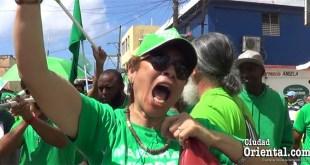 """Una mujer """"verde"""" durante la protesta en San Pedro de Macorís"""