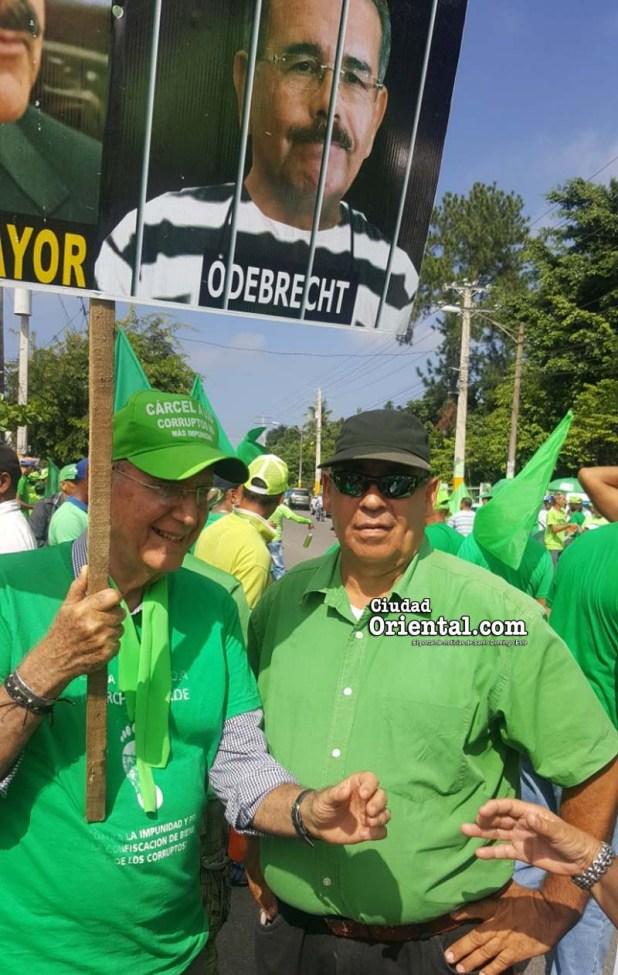 Narciso Isa Conde, (i) y El Bello, antes del inicio de la marcha verde en La Vega