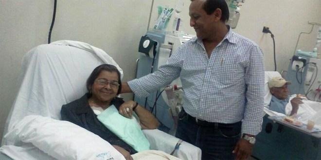 Bladimir Hernández junto a su madre