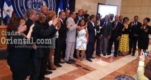 La periodista Emilia Santos toma el juramento a la nueva directiva.