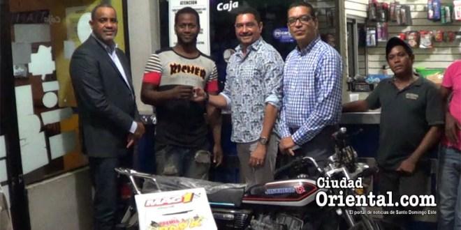 Domingo Antonio De la Cruz, (La Monqui), recibe la llave de la motocicleta, que ganó por su fidelidad a lubricantes Mag1