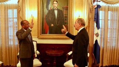"""Photo of """"Friendo y comiendo"""": Danilo Medina juramenta al nuevo Director de la OMSA"""