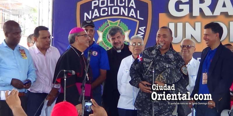 """El General Minaya Herrera se da """"baño de pueblo"""" en Los Mina"""