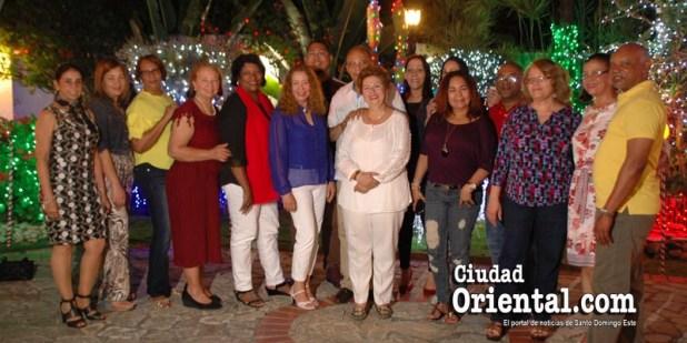 Angelita y Tony Rpdríguez reciben a un grupo de amigos en su hogar.