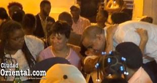 Danilo Mesa es abrazado por una mujer a su llegada al lugar de la cena