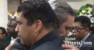 Dío Astacio y Luis Abinader se funden en un fuerte abrazo.