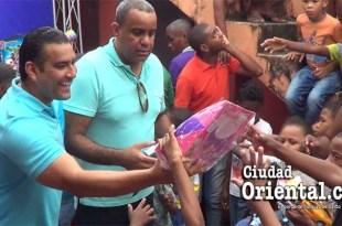 Luis Alberto y Danilo Mesa reparten juguetes