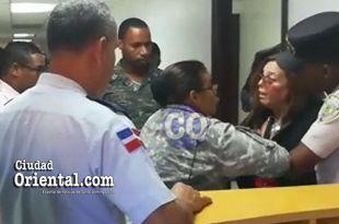 Momentos en que los dos militares y un policía se lanzan sobre la abogada