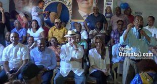 Jorge Frías da discurso ante decenas dirigentes del PRM encabezados por Hipólito Mejia y Carolina Mejía