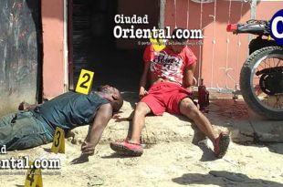 Dos de las tres victimas, aún en el pavimento.