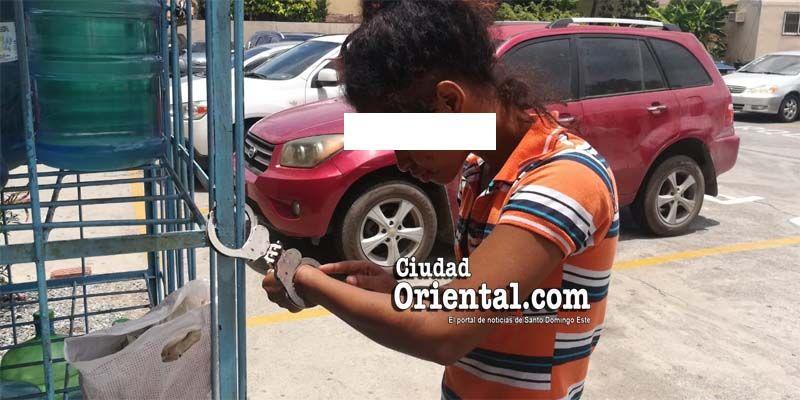 Tortura a la vista de todos: adolescente es esposada bajo el sol por policías al servicio del MP