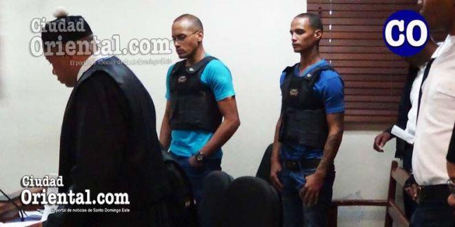 Los dos imputados, protegidos con chalecos antibalas.