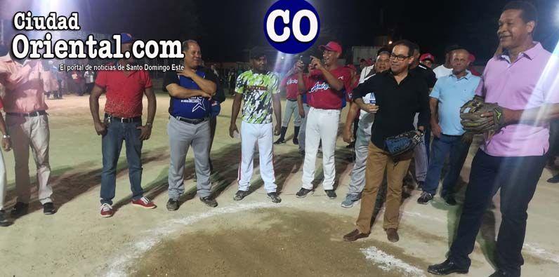 El diputado Elvin Fulgencio (Pilo), lanza la primera bola; observa el también legislador, Amado Díaz
