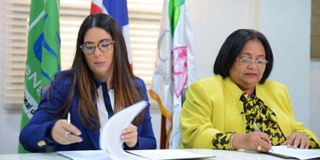 La doctora Mercedes Rodríguez Silver y Kenia Lora durante la firma del convenio.