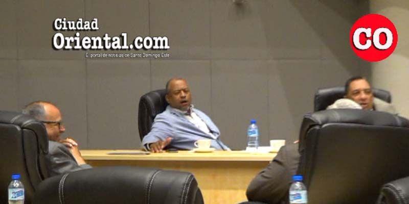 El regidor del PRM Robert Arias ríe cuando Peña Gómez estaba bajo feroz ataque de Comesolo + Vídeo