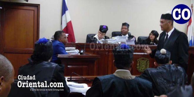 El abogado Adolfo Sánchez Pérez, al momento de interrogar un testigo.