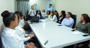 """Colaboradores del Seguro Nacional de Salud (SeNaSa) durante el taller """"Trato digno para personas con discapacidad"""" ofrecidos por el CONADIS."""